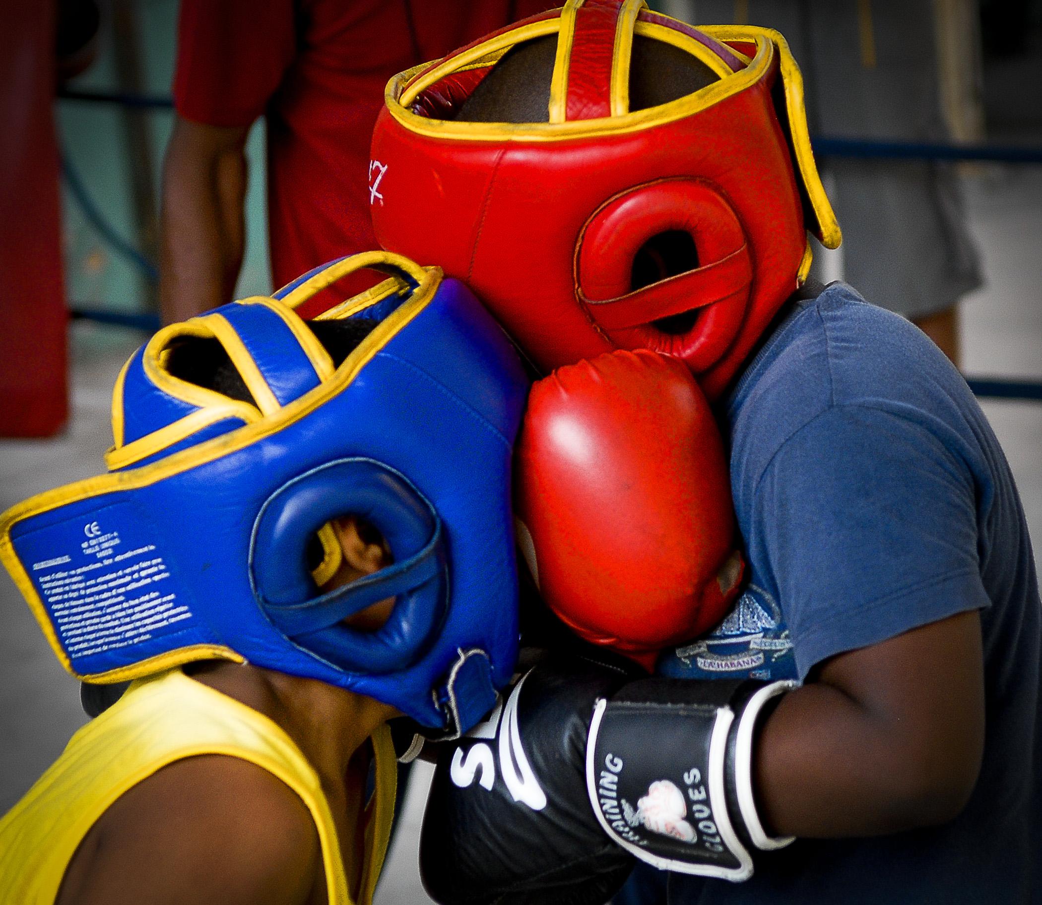 I en åpen bakgård i Cubas hovedstad Havanna ligger bokseklubben Rafael Trejo. Hver dag etter skoletid fylles bakgården av unge gutter. De drømmer om å bli proffboksere. Boksing, Cuba, sport, ungdom, barn, idrett, slå