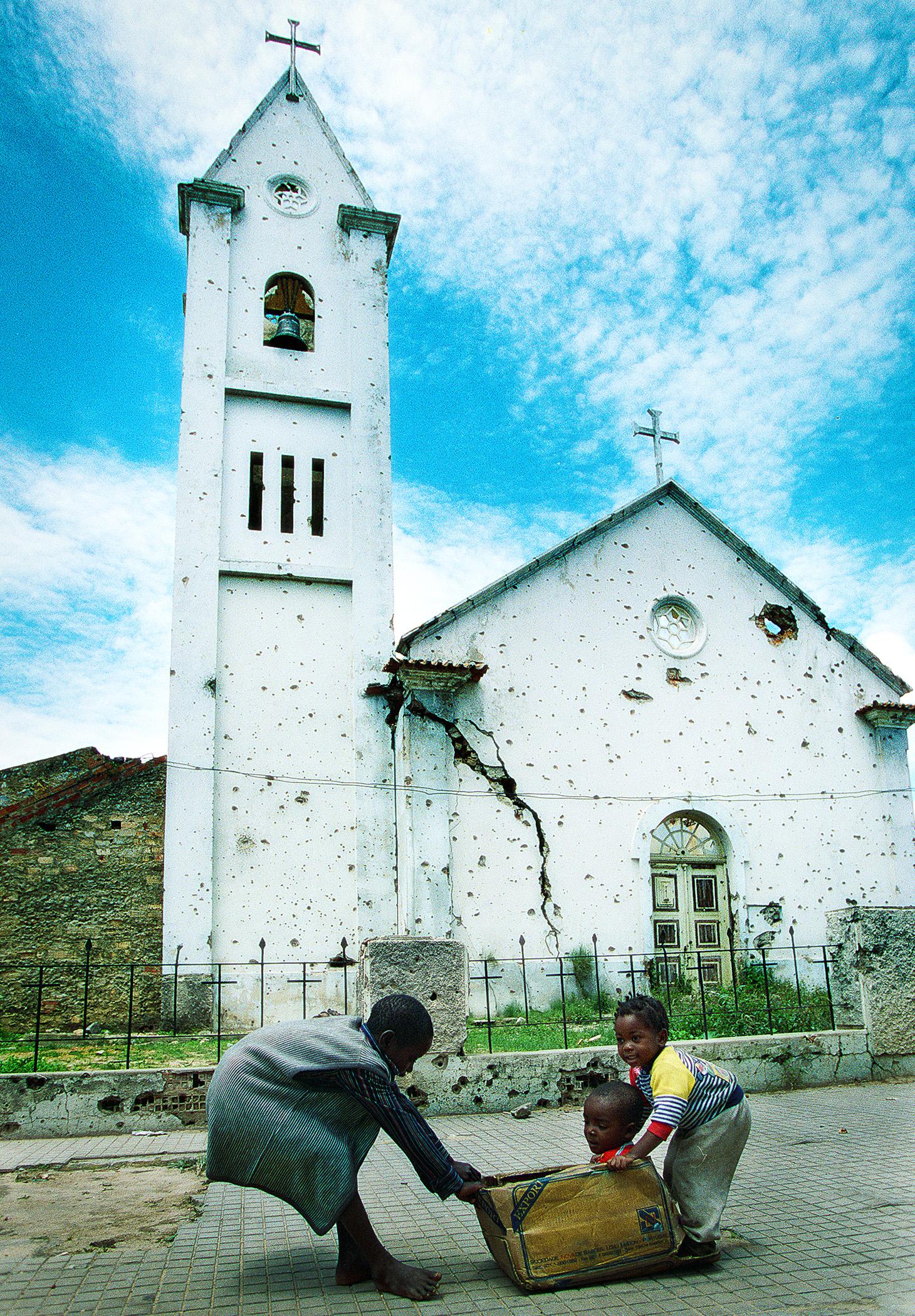 Quito. Barn leker foran sønderskutt kirke. 1996